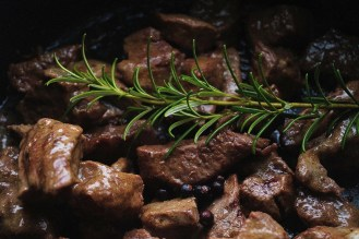 Fry the beef with rosemary